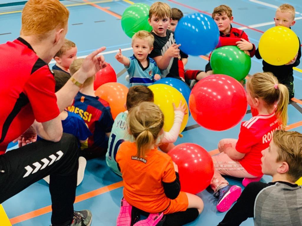 oostburg mini's met ballonnen in de zaal