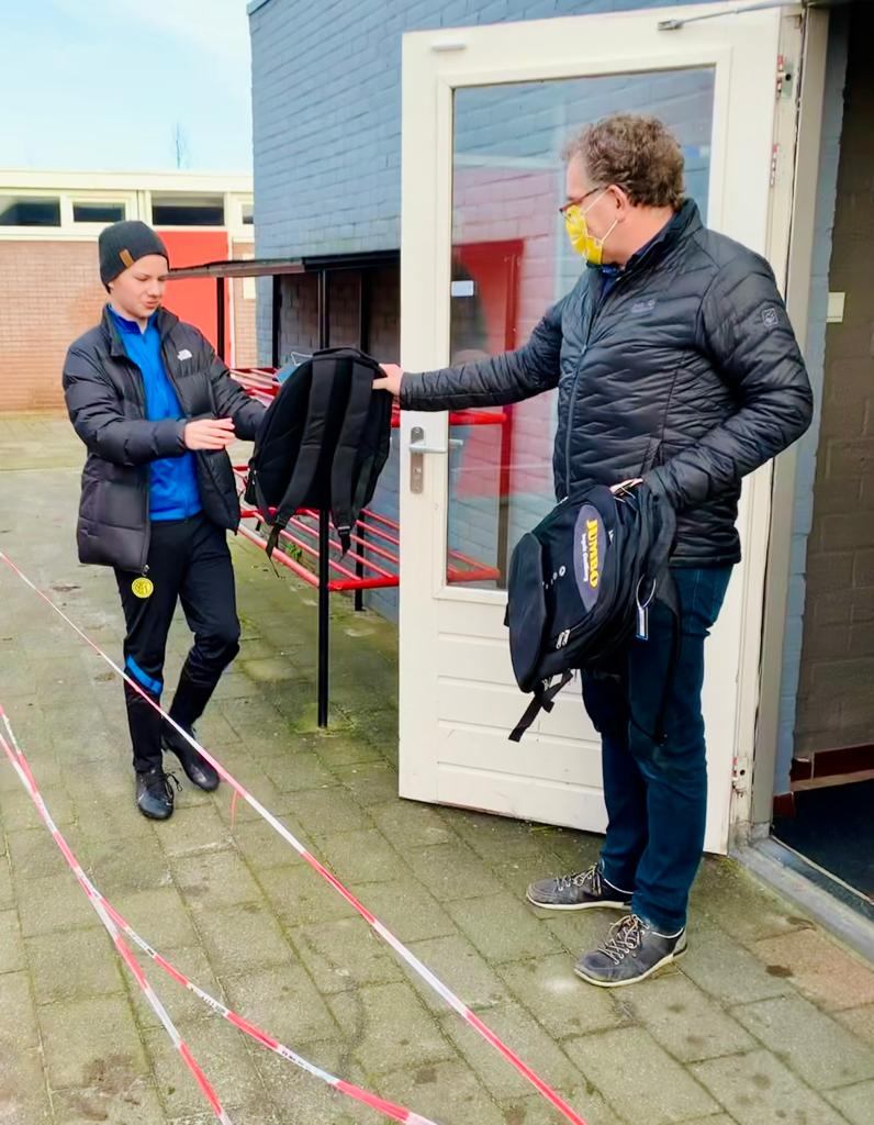 Dhr. Ingels reikt tas uit aan jeugdspeler S.V. oostburg